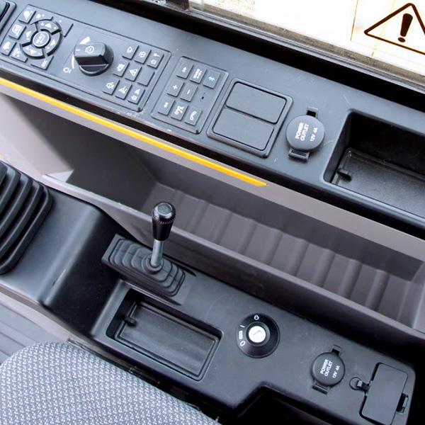 Pelle compacte EW60E cabine vue des commandes